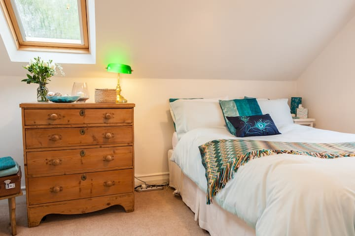 Separate bedroom, just off your private living area, with double bed and electric blanket. Click on the photo to see the verified 'photo list'