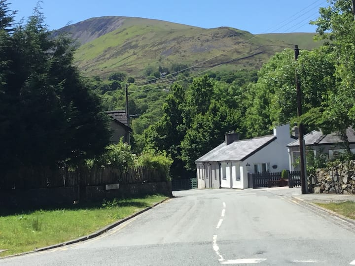 Beautiful cottage at the foot of Snowdon
