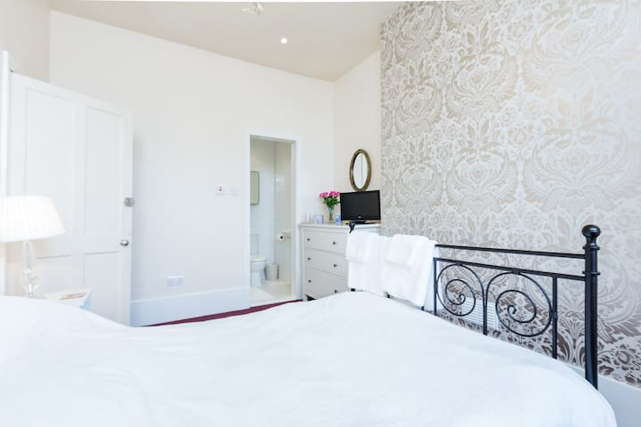 Cozy elegant double bed & private bathroom - Wallington - House