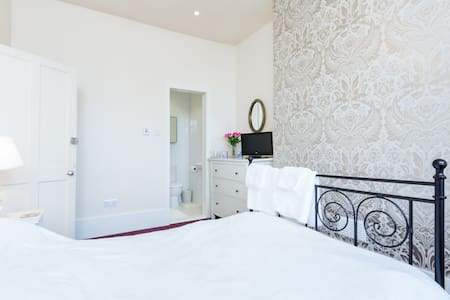 Cozy elegant double bed & private bathroom - Wallington - บ้าน