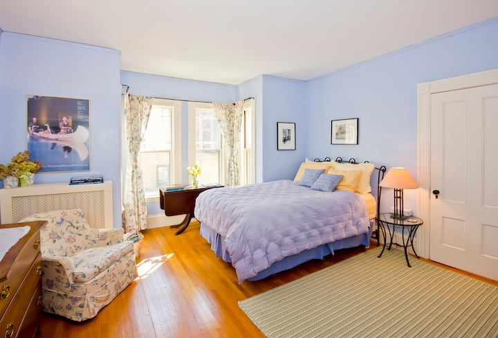 Historic elegant clean home for 1- 2 adults