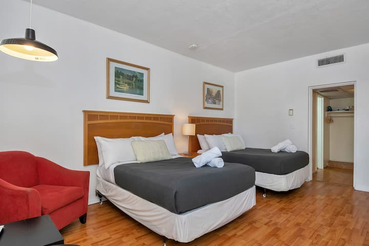 Special Offer! Cozy Studio/1Bath, Hallandale Beach, FREE PARKING, SANITIZED, BEACHES AND POOL OPEN!