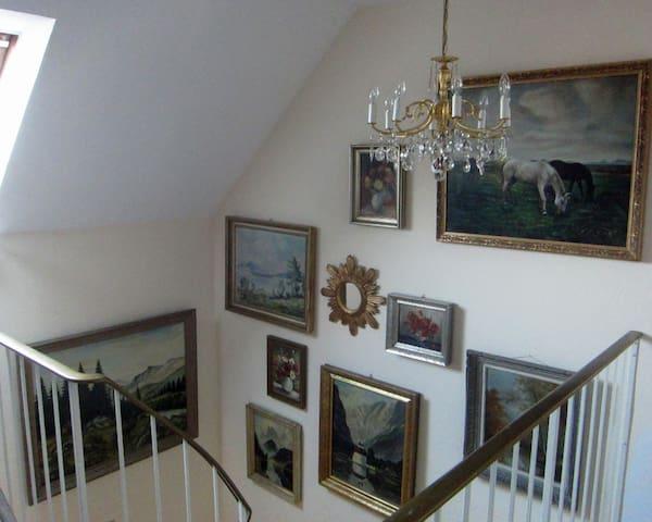 Treppenaufgang von der Eingangstür her.