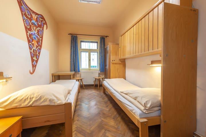 Burg-Hostel - Twin Room ensuite bathroom A002