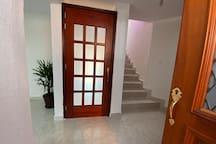 Acceso por escaleras a la habitación, lado derecho acceso a medio baño y lado izquierdo acceso a cocineta