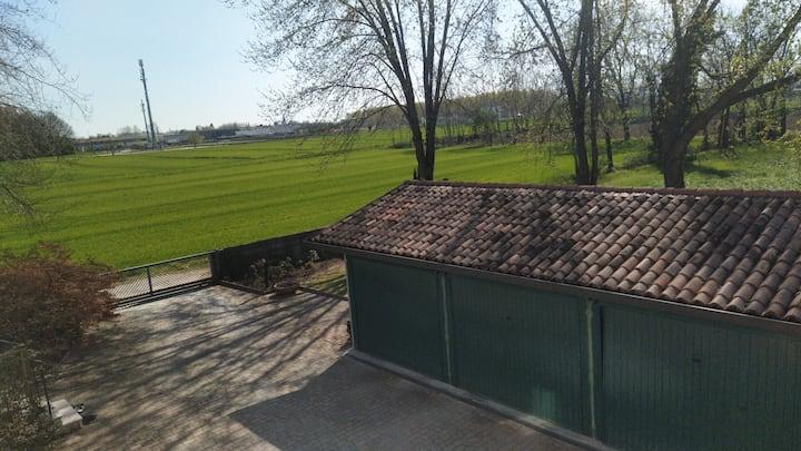 Casa immersa nel verde, con giardino e posto auto