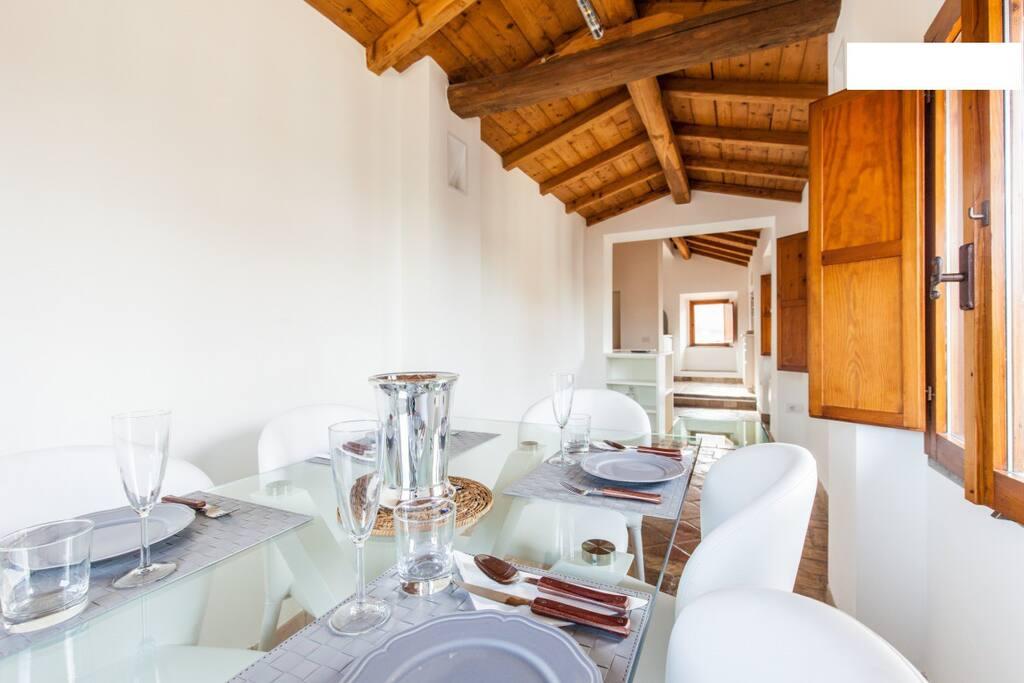 dining room, la salle à manger, la camera da pranzo con la cucina in fondo