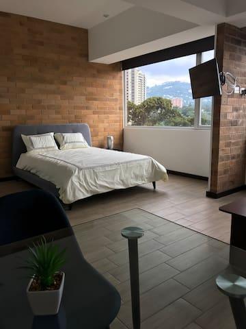 Bedroom queen bed / cama queen en habitación