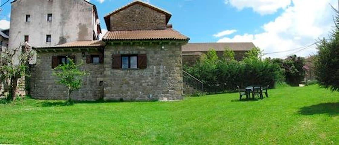Casa con jardin en Ordesa. Casa Palacio.