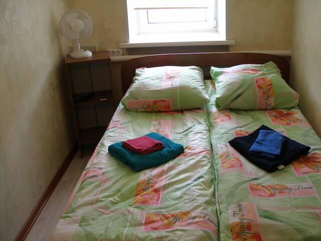 Одноярусное размещение на широких кроватях с ортопедическими матрасами В номере телевизор