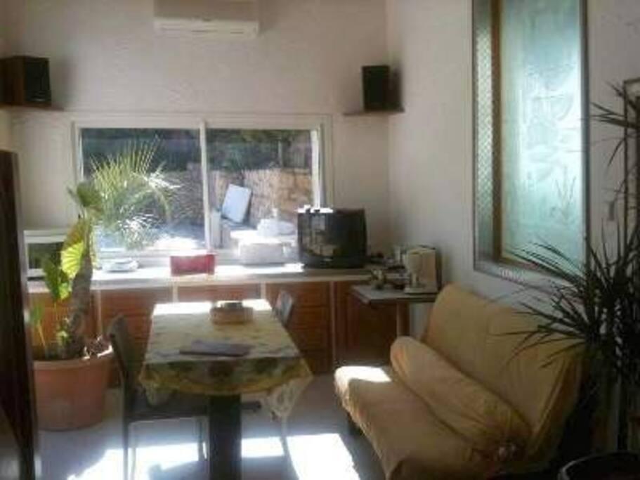 Coin cuisine et repas avec grande fenêtre/piscine