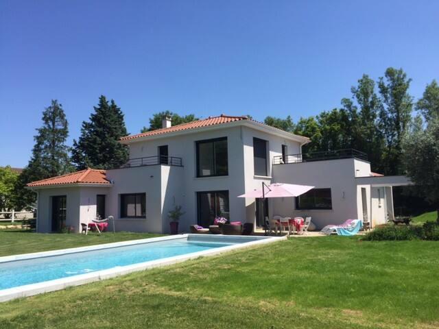 2 chambres avec terrasses dans villa avec piscine