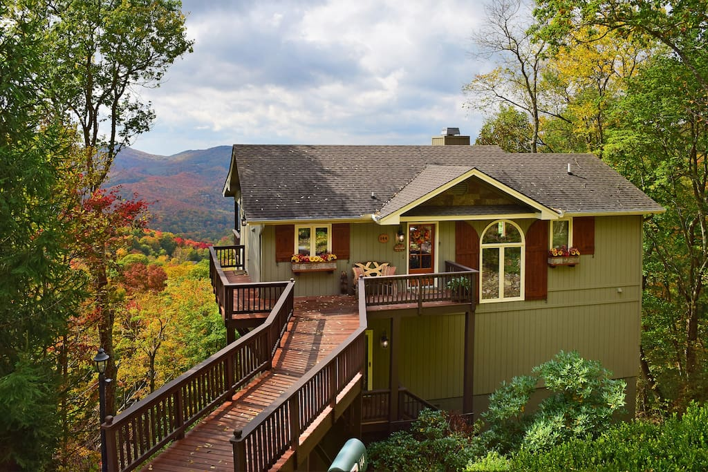 Luxury lodge with 3 king bedrooms, 3 full baths, and 2 den areas!