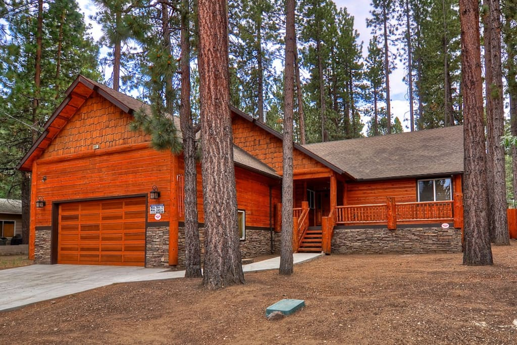 Spa and pool table at beautiful tamarack lodge cabins for Cabins for rent in big bear lake ca