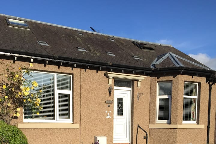 2 bright upstair double bedrooms for 1-4 guests