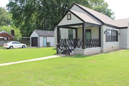 Cozy 2 Bedroom Home (15 minutes from Downtown)