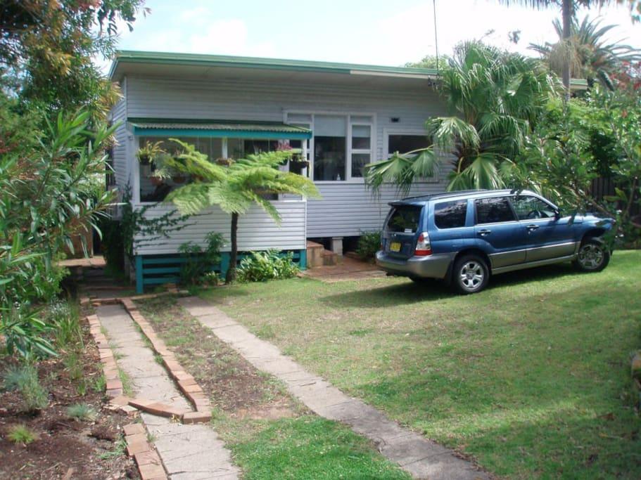 Entrance/front yard