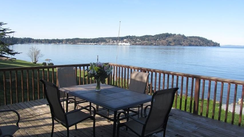 Watch the ferry boats go in and out of the downtown Kingston Harbor. An excellent location. Edmonds (very near to Seattle) to Kingston Ferry is about 30 minutes.  3 Bedrooms and 2 Full baths. Sleeps 8 in 6 beds.