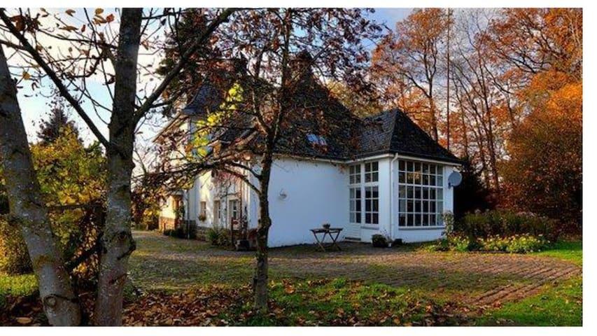 Altes Forsthaus mit parkähnlichem Garten in Ernzen - Ernzen - Haus