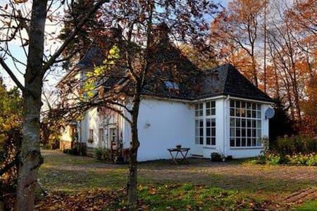 Altes Forsthaus mit parkähnlichem Garten in Ernzen - Ernzen - Casa
