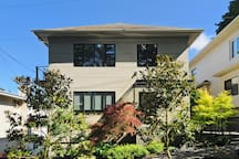 Contemporary duplex located on Queen Anne Hill, which is central to so many must see places around town.    This residential home is in an area that's great for walks in all directions, taking you through one of Seattle's most popular neighborhoods.