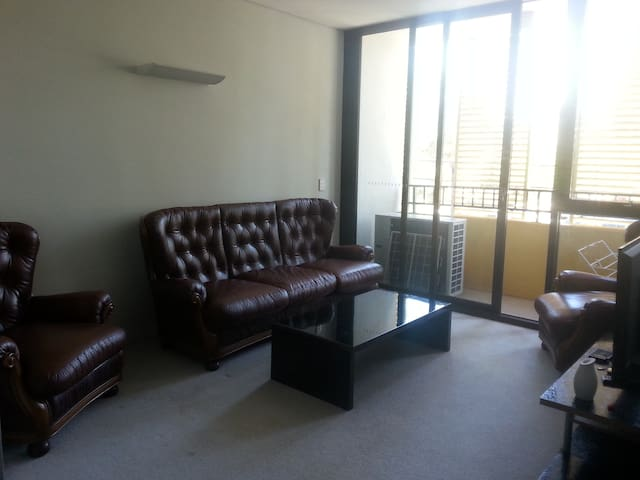 Modern 1b Apartment in central location + parking
