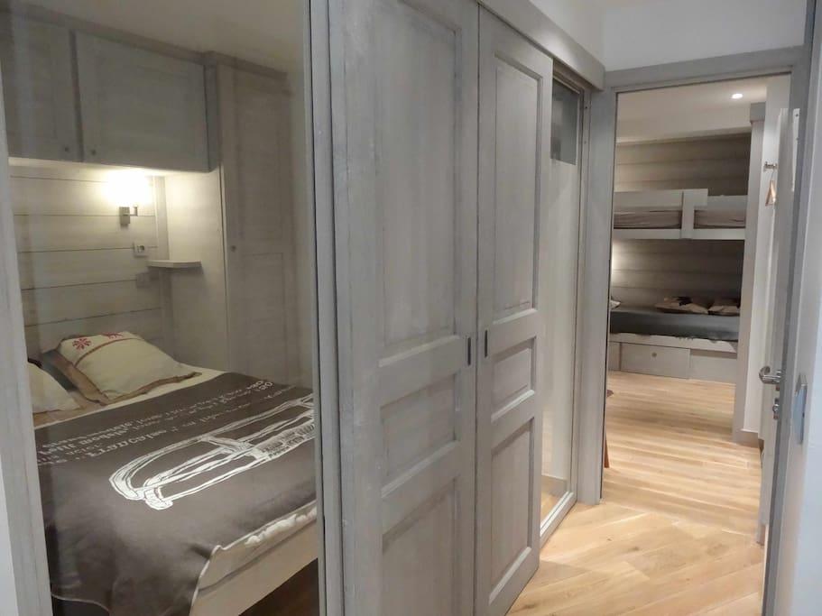 Couloir, chambre double à gauche, chambre 4 lits au fond