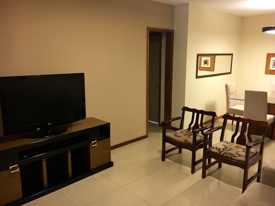 Sala de estar com TV de plasma 42'. Ar condicionado. Sofá-cama de casal.