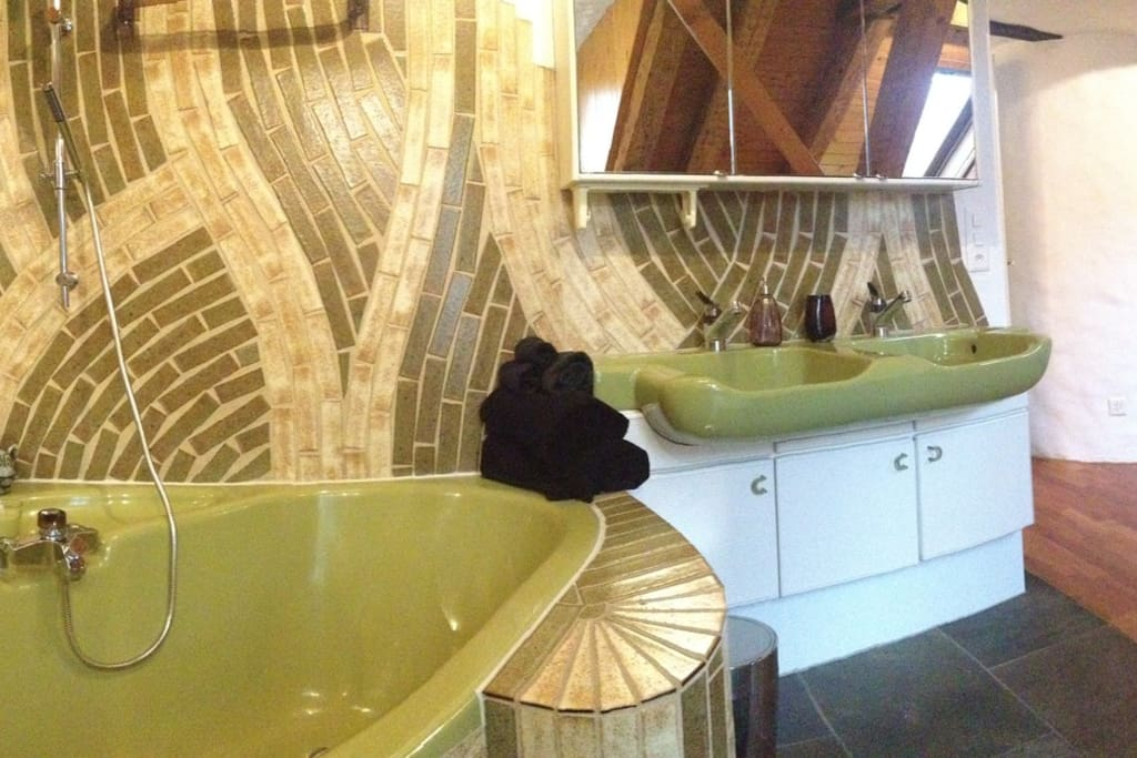 luxuary artist bath, in the master bedroom