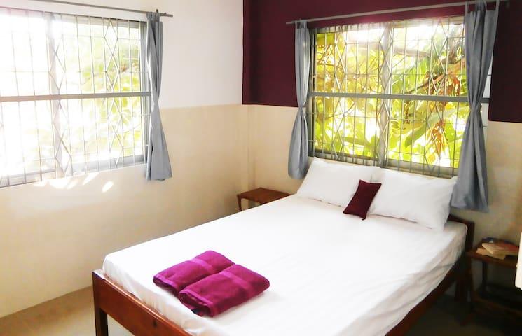 Chambre dans maison avec jardin - Guesthouse