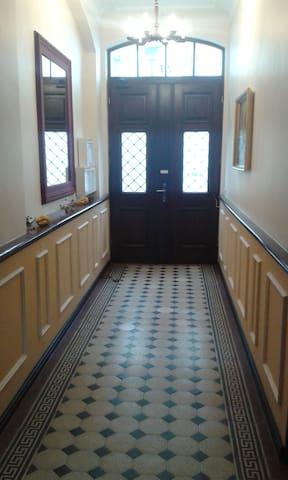 Eingang ins Treppenhaus des Stadthauses von 1880 mit 3 Wohnungen