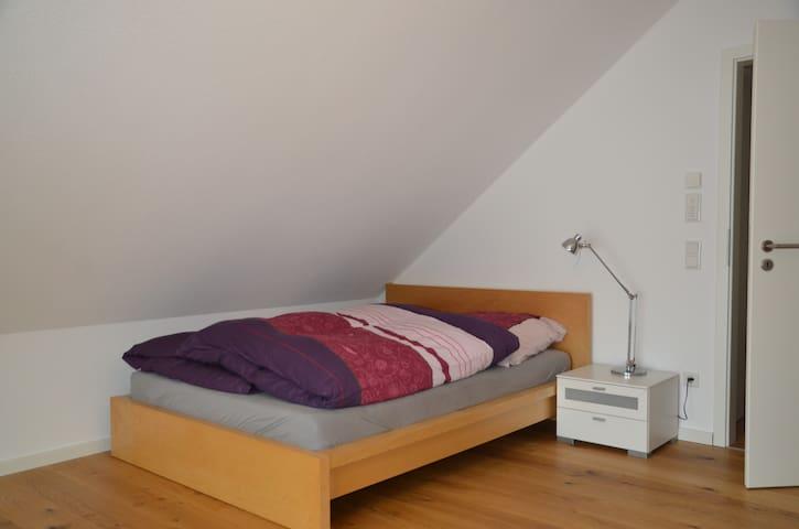 Das 1,40 m breite Bett mit durchgehender Matratze.