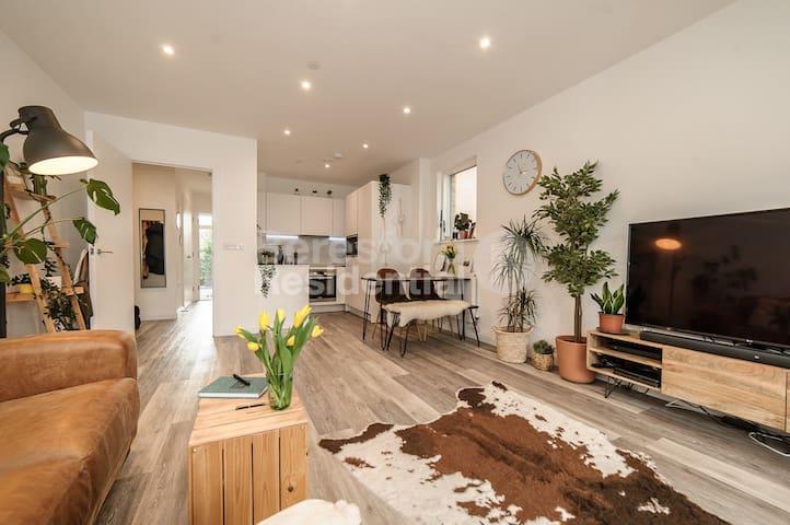 Luxury, Bright, Double Balcony Central London Flat