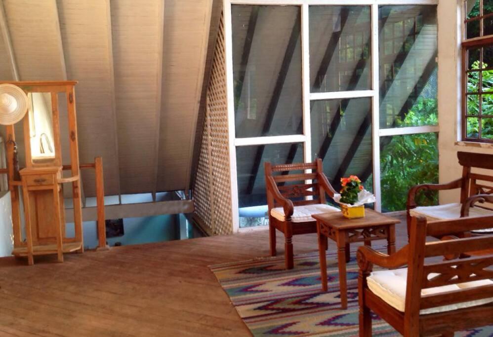 Hall de entrada e sala de leitura, com varanda e uma vista panoramica maravilhosa!!! wi-fi.