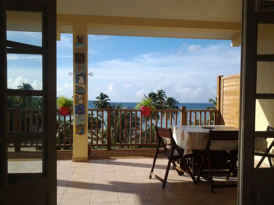 Vue du salon et de la terrasse, imprenable sur la plage