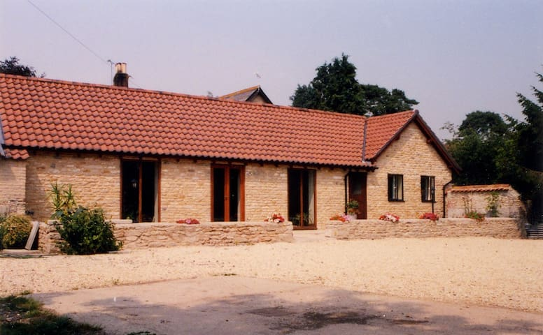 Woolfields Barn - country cottage - Near Gillingham - House