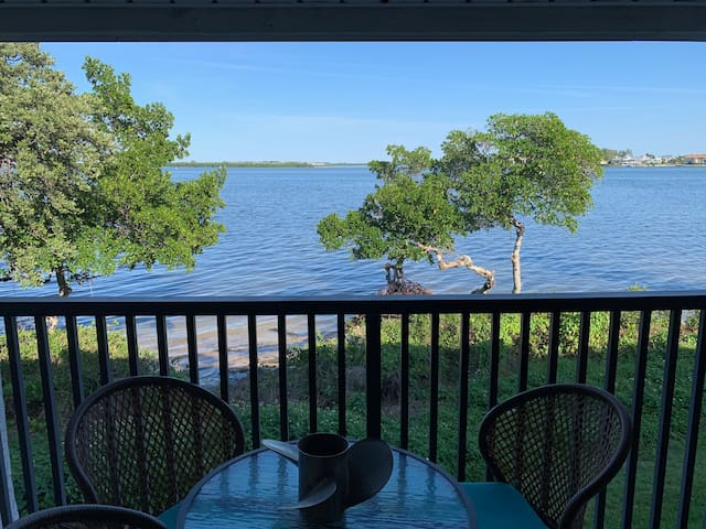 Charming 2BD/2BR with Big Water Views on the beach