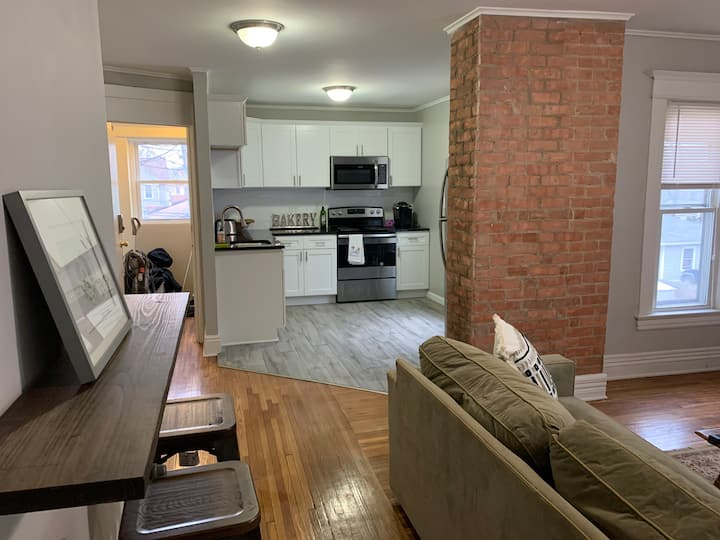 Beautiful 2 bed apartment off Monroe - king bed!