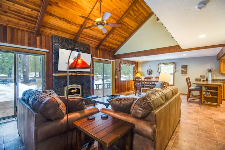 Great Natural Light, 3 Bdrm, Hot Tub, Gas Fireplace, Air Conditioning- INDI05| Sleeps: 3 Bedroom, 2 Bathroom