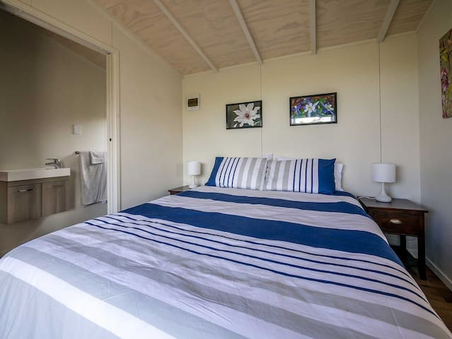 New queen sized bed and linen with great garden view and en suite/cottage bathroom
