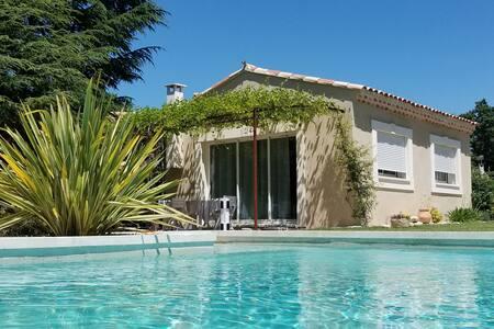 Gîte de vacances avec piscine face au Luberon