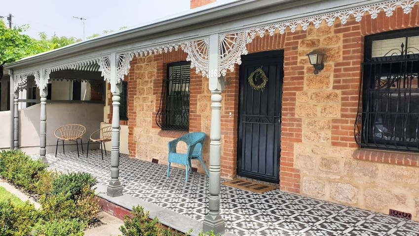 1850's Cottage Retreat close to cafes and city