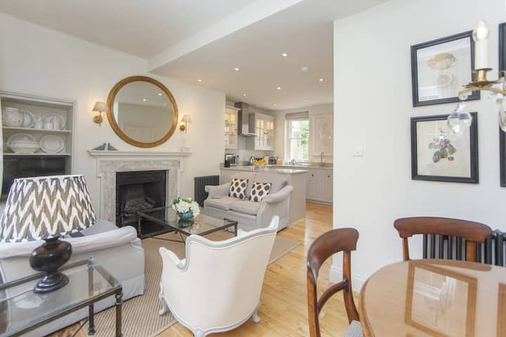 Newly Refurbished 3 bedroom, 2 bathroom central Bath property. Margaret's 1770 Townhouse