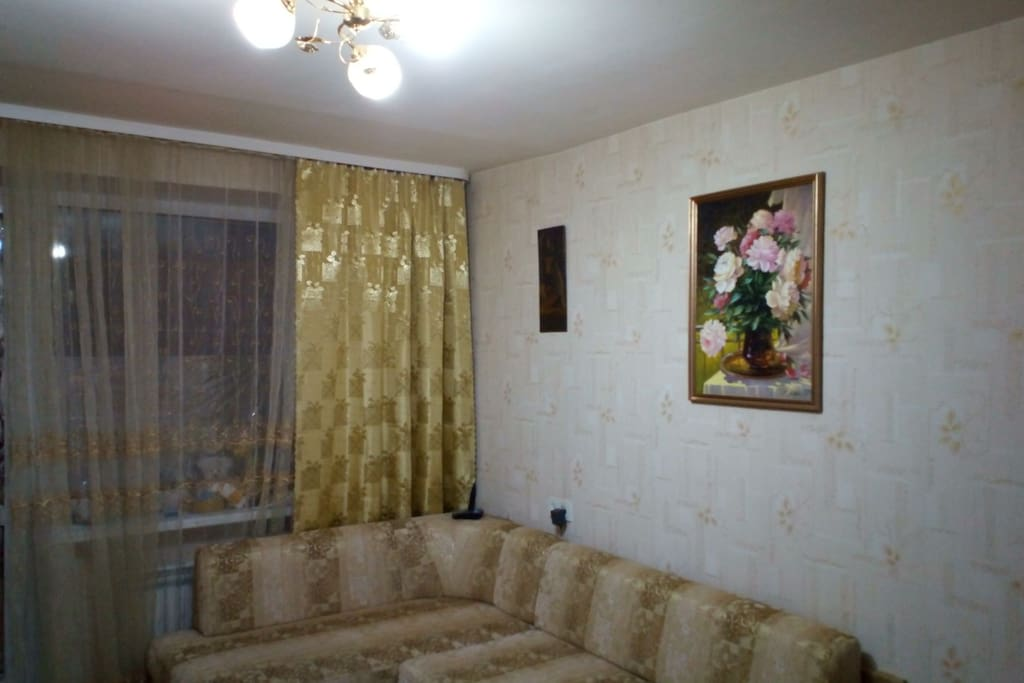 Новый, 2х спальный диван, на потолке винтажная люстра