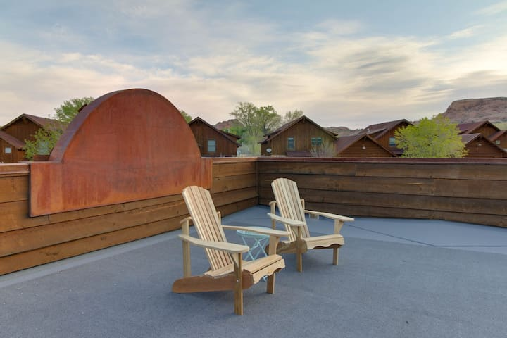 Custom-built home with private hot tub & sun deck - great for stargazing!