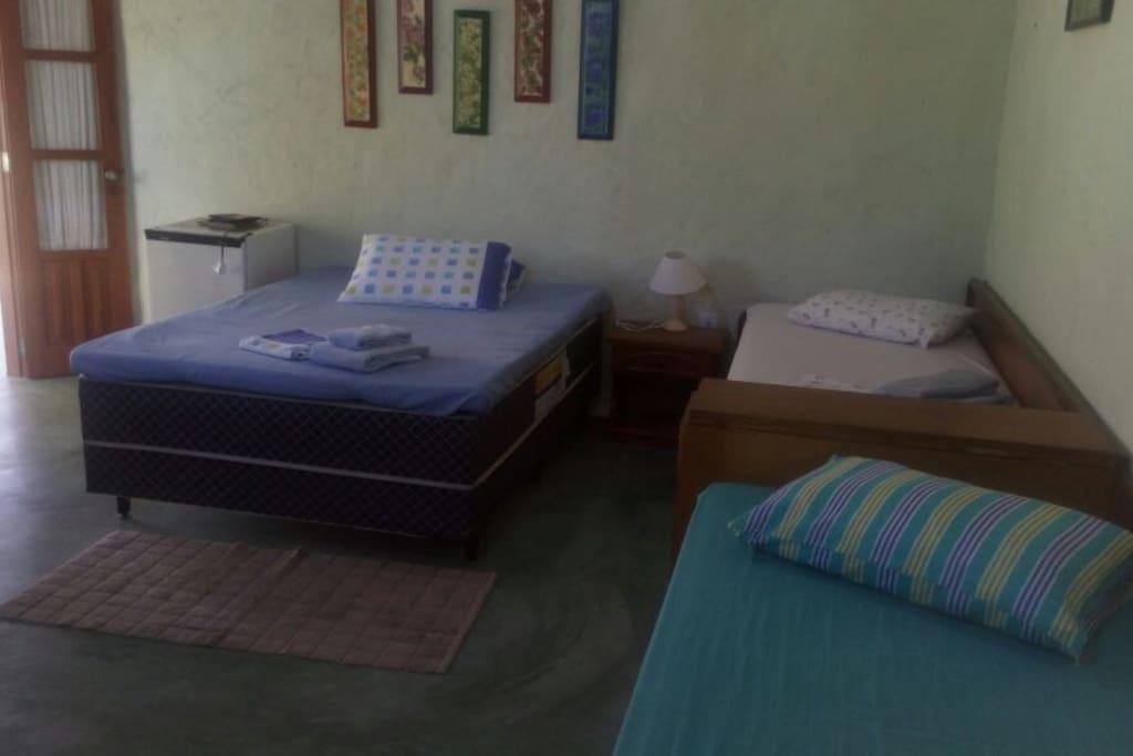 Cama de casal, 02 de solteiro e e uma cama bicama.