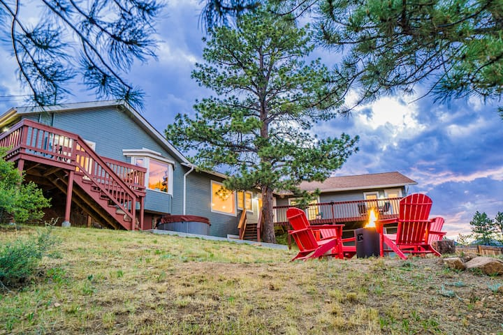 3BR NEAR LAKE - HOT TUB, DECK, VIEWS, FIRE PIT