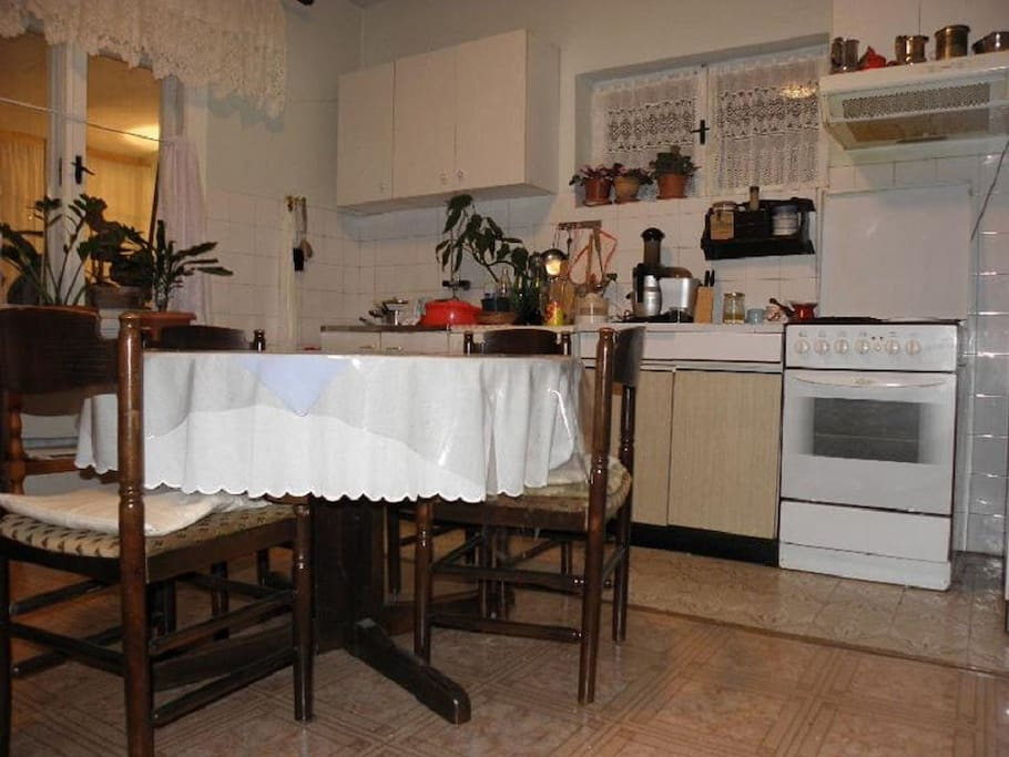 H(6): kitchen and dining room