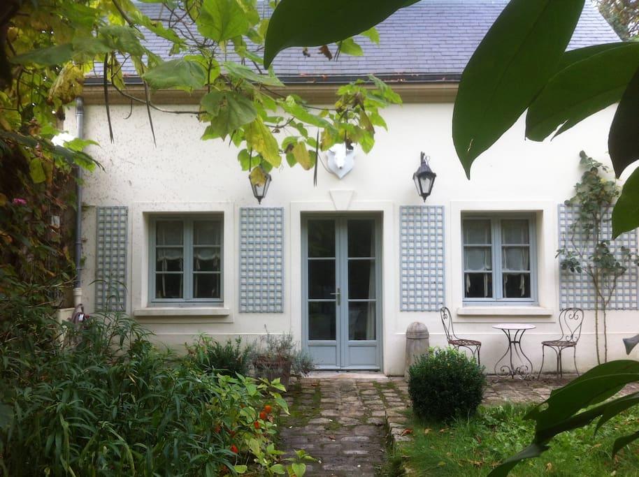Charmant petit pavillon avec jardin maisons louer for Salon de jardin ile de france