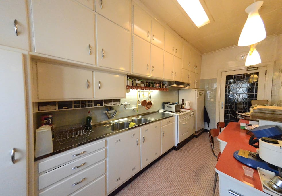 The fully equiped shared kitchen where you can have breakfast if you want